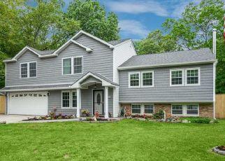Foreclosed Home en SUGARBUSH LN, Coram, NY - 11727