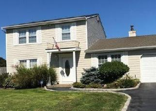 Foreclosed Home en SHADE TREE LN, Patchogue, NY - 11772