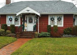 Foreclosed Home en S 1ST ST, Lindenhurst, NY - 11757
