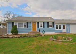 Foreclosed Home en S HICKORY ST, Lindenhurst, NY - 11757