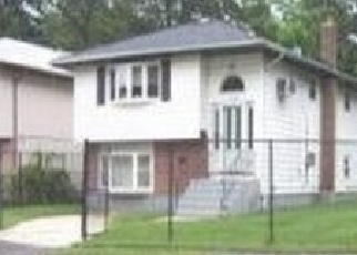 Foreclosed Home en 9TH AVE, Huntington Station, NY - 11746
