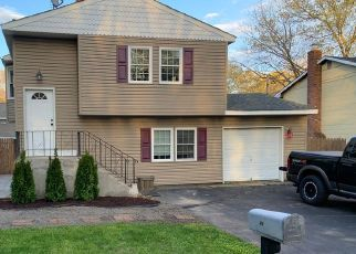 Foreclosed Home en BURNEY BLVD, Mastic, NY - 11950