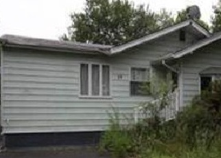 Foreclosed Home en E CHESTNUT ST, Central Islip, NY - 11722