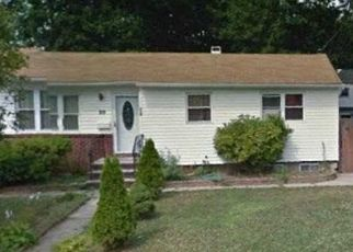 Foreclosed Home en PINETOP DR, Central Islip, NY - 11722