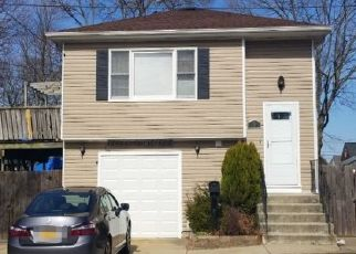 Foreclosed Home en 32ND ST, Lindenhurst, NY - 11757