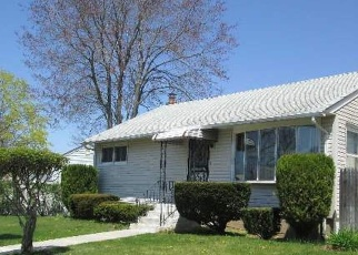 Foreclosed Home en AVON DR, Amityville, NY - 11701