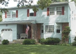 Foreclosed Home en BRANDYWINE DR, Mastic, NY - 11950