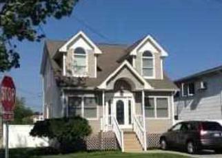 Foreclosed Home en MIRAMAR BLVD, Lindenhurst, NY - 11757