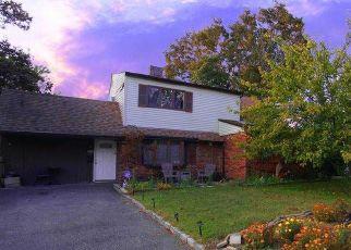 Foreclosed Home en E CABOT LN, Westbury, NY - 11590