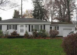 Foreclosed Home en GREENLEAF DR, Delmar, NY - 12054