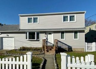 Foreclosed Home en PIAVE TER, Lindenhurst, NY - 11757
