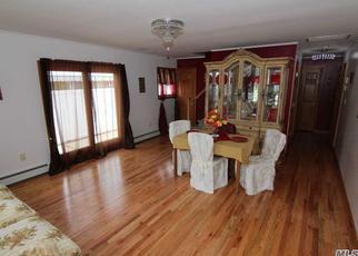 Foreclosed Home en E RIVIERA DR, Lindenhurst, NY - 11757
