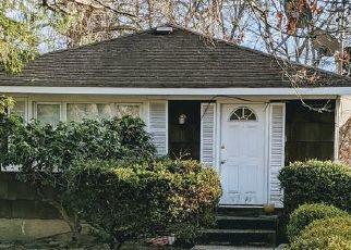 Foreclosed Home en ELEANOR AVE, Mastic, NY - 11950
