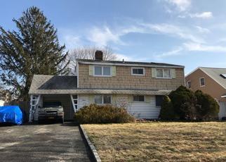 Foreclosed Home en BELFRY LN, Hicksville, NY - 11801