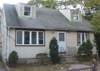 Foreclosed Home en E 6TH ST, Huntington Station, NY - 11746