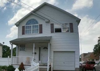 Foreclosed Home in CENTER AVE, Bay Shore, NY - 11706
