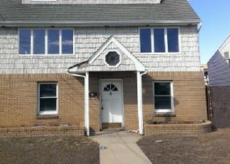 Foreclosed Home en E SEACREST AVE, Lindenhurst, NY - 11757
