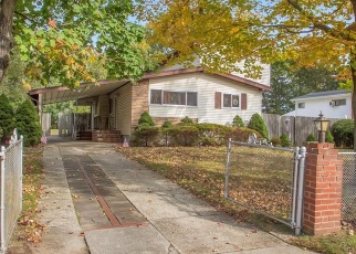 Foreclosed Home en LAURIE RD, Brentwood, NY - 11717