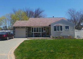 Casa en ejecución hipotecaria in Bay Shore, NY, 11706,  AMHERST ST ID: P1343772