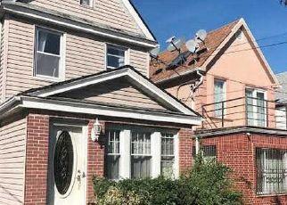 Casa en ejecución hipotecaria in Middle Village, NY, 11379,  60TH AVE ID: P1680570