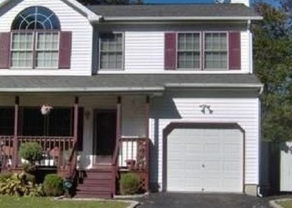 Foreclosed Home en COVENTRY AVE, Mastic, NY - 11950