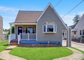 Foreclosed Home en PINE PL, Bellmore, NY - 11710