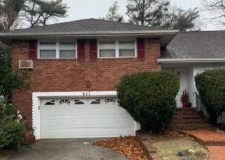 Foreclosed Home en PEPPERIDGE RD, Westbury, NY - 11590
