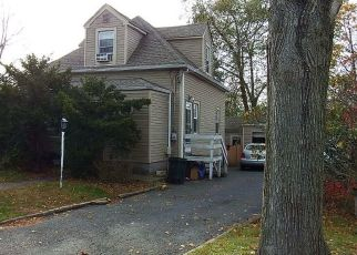 Foreclosed Home en 10TH AVE, West Babylon, NY - 11704
